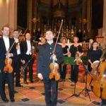 Il saluto finale del Maestro e dell'orchestra