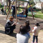Rossella Collina, Presidente di Anffas Milano Onlus, nel parco con i bambini del Servizio di Riabilitazione di Consorzio SiR